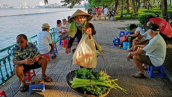 Vendedora en el lago del Oeste en Hanoi