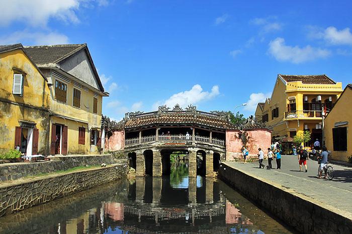 Puente japones en el casco antiguo de Hoi An Vietnam