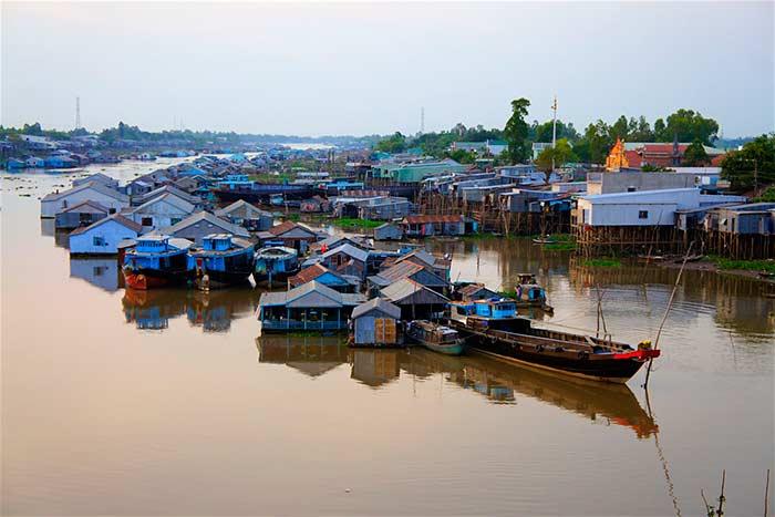 Aldea flotante en chau doc delta del mekong