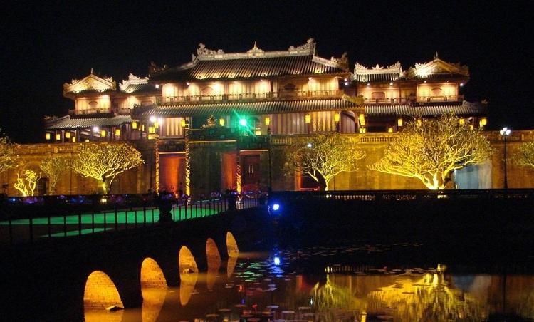 Ciudad imperial de Hue de noche