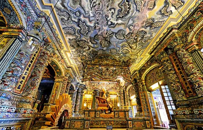 Interior de la tumba del emperador Khai Dinh