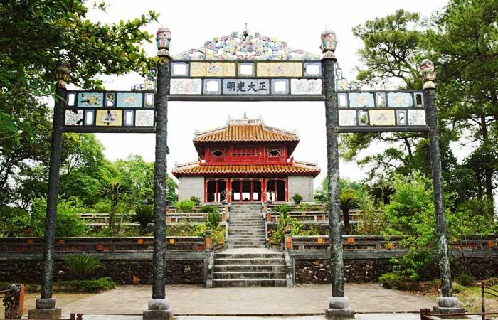 Portico de la tumba del emperador Minh Mang en Hue