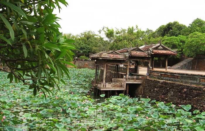 Lago de la tumba del emperador Tu Duc en Hue