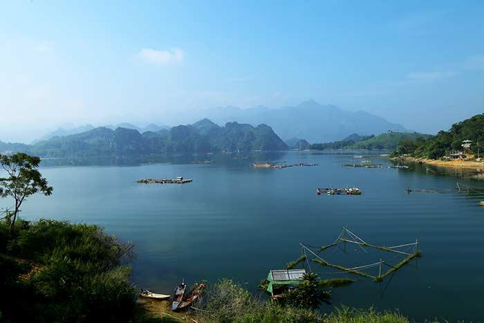 Reservorio Hoa Binh en Mai Chau Vietnam