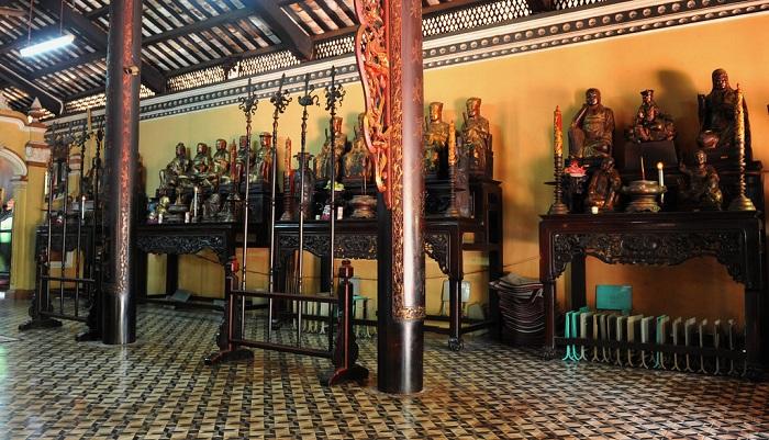 Estatuas en la pagada Giac Lam en Saigon