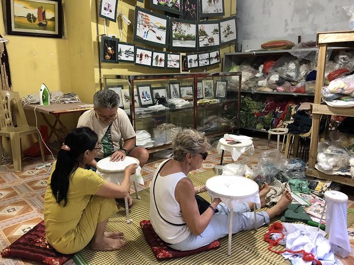 Bordado en un pueblo en Tam Coc Ninh Binh