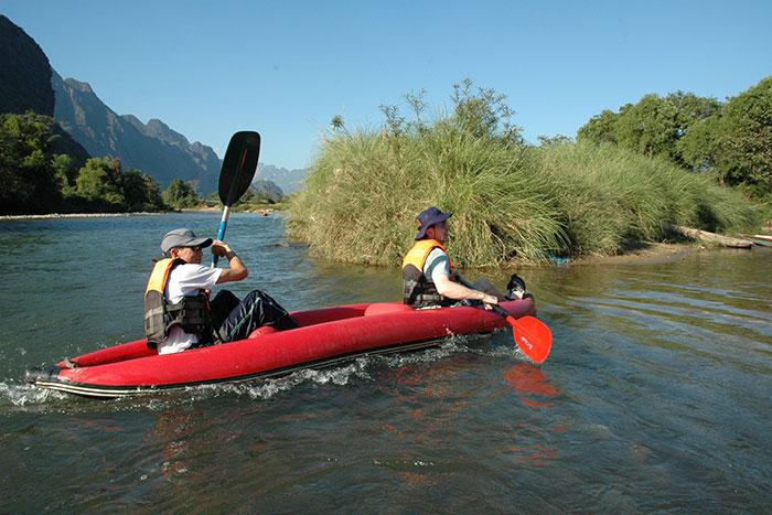 Hacer kayak en el rio Nam Song en Laos