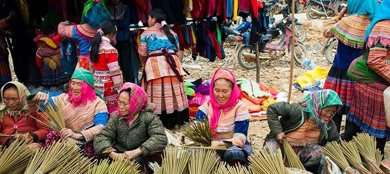 Mercado tradicional etnico en los dias festivos Vietnam